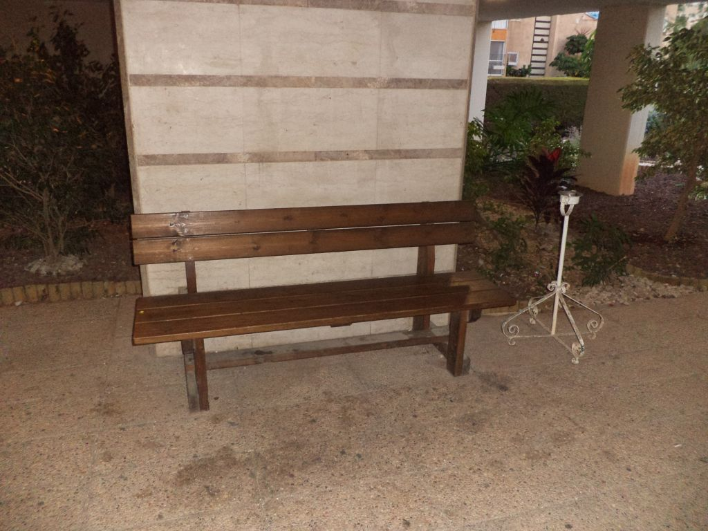 ספסל עץ דגם עוז חום, בית משותף