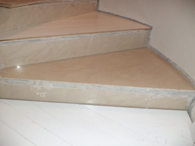 כיסוי המדרגות בפרקט לבן