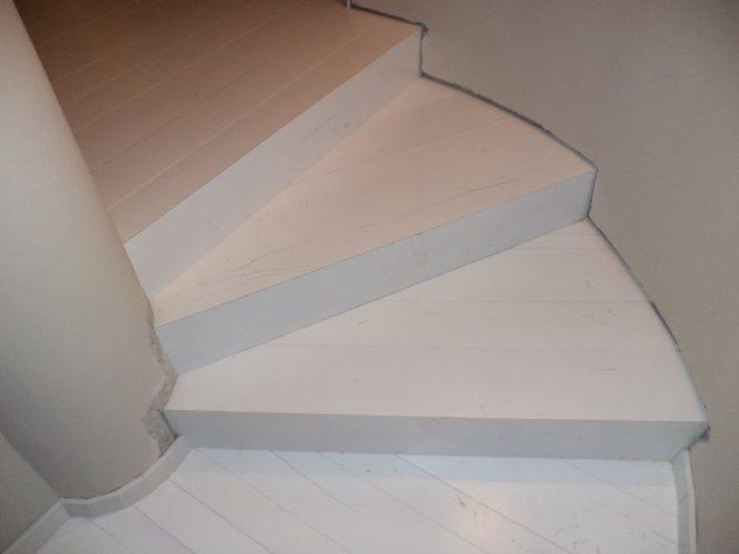 מדרגות עץ מפרקט לבן