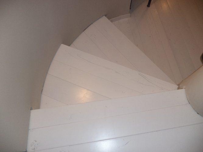 מדרגות מפרקט לבן