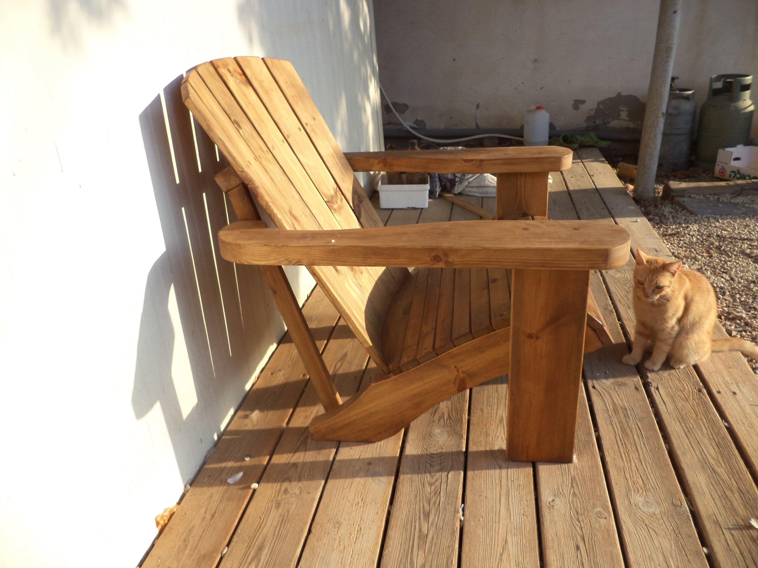 כסא עץ לבריכה
