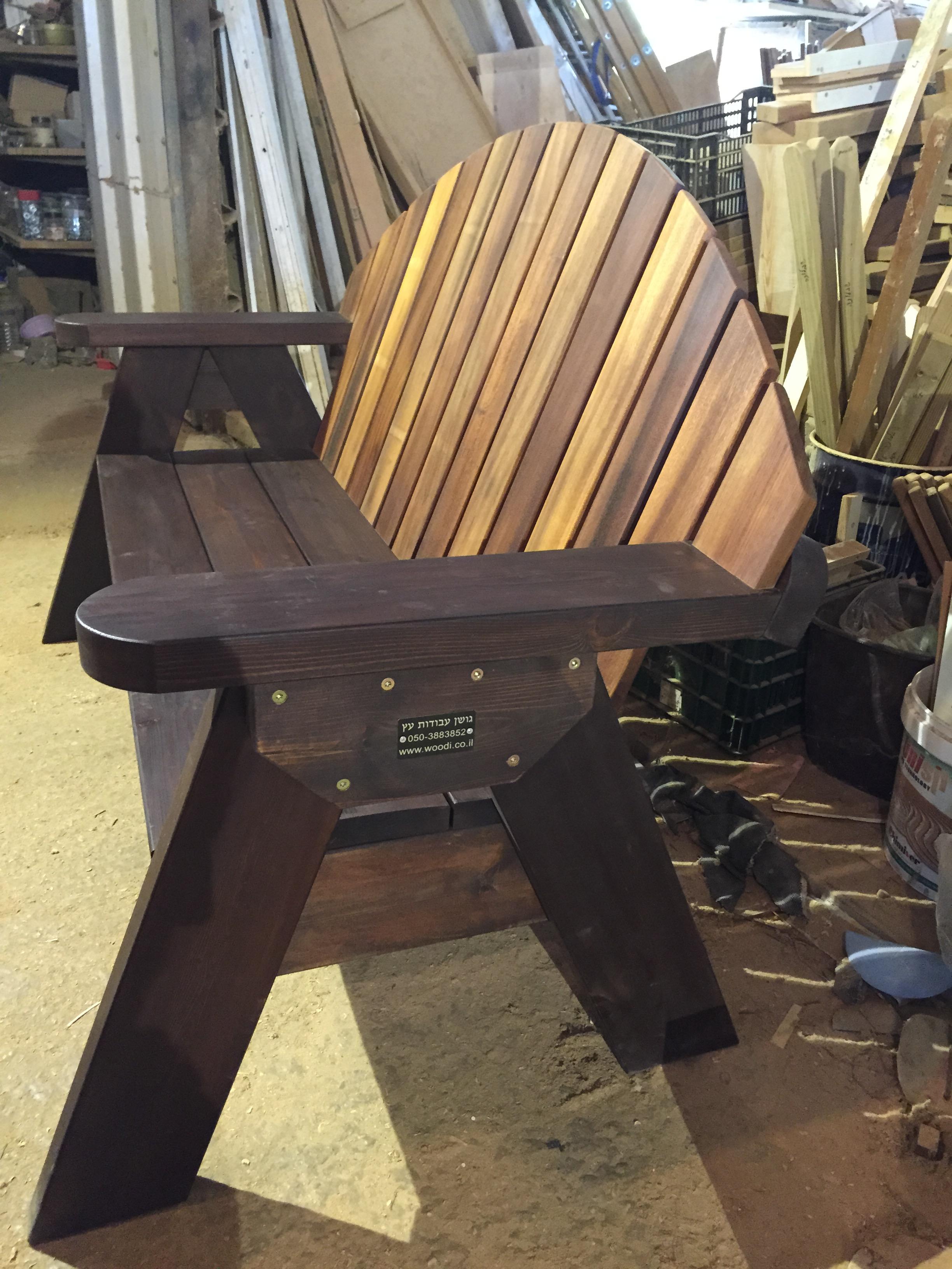 ספסל עץ מסוג מורן עשוי מעץ אורן ואירוקו